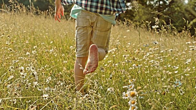 Чтобы разобраться, что значит ходить во сне босиком, важно учесть при каких именно обстоятельствах сновидец это делал.